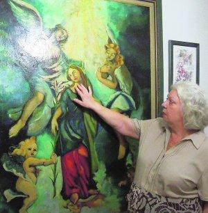 Ana María Forment, en su casa, contempla uno de sus cuadros