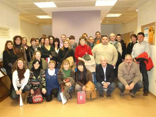 fotografia d'arxiu de la presentació en febrer de 2011 de les 16 parelles lingüístiques que encetaren la iniciativa en Almussafes.